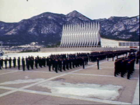 vídeos de stock, filmes e b-roll de exterior cadets in formation / snow covered landscape surrounding the air force academy / cadets running in uniform / cadets in formation with cadet... - uniforme militar