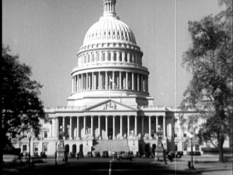 stockvideo's en b-roll-footage met 1935 b/w ws exterior capitol building with cars parked in front of building and driving past / washington, united states / audio - politiek