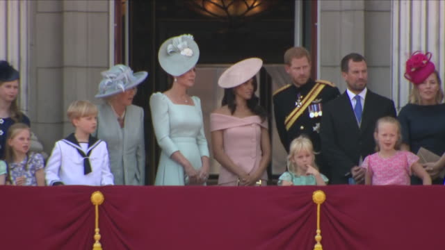 vídeos de stock e filmes b-roll de exterior close up shots of members of the royal family stood and talking on the balcony and going back into buckingham palace after the arrival of... - realeza