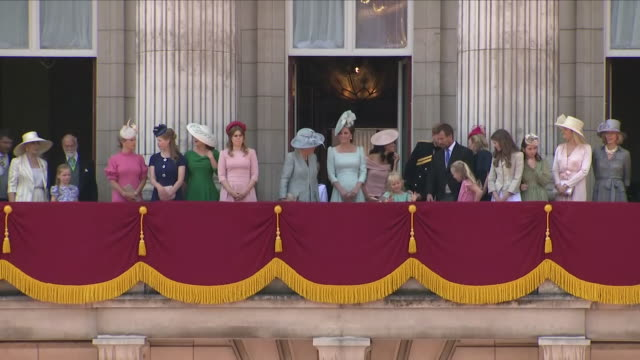 exterior close up shots of members of the royal family walking out onto the buckingham palace balcony as they stand to salute the head of the royal... - balkon stock-videos und b-roll-filmmaterial