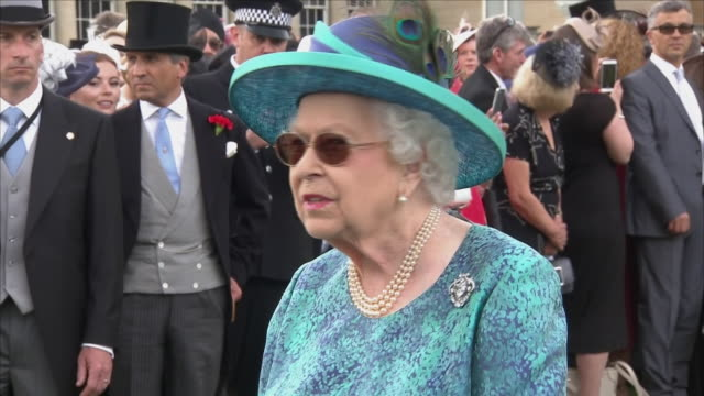 vídeos de stock e filmes b-roll de exterior close up shots of queen elizabeth ii wearing sunglasses and smiling as she meets guests at the garden party held at buckingham palace on... - rainha pessoa real