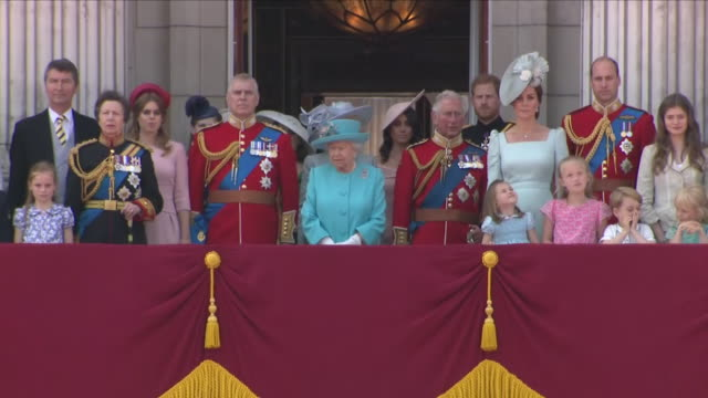 vídeos de stock e filmes b-roll de exterior close up shots of the queen stood on the balcony at buckingham palace with prince william, catherine, duchess of cambridge, prince charles,... - realeza
