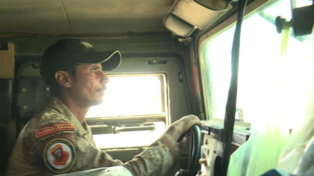 exterior driving shots aboard an iraqi military humvee in a convoy on the frontline with isis on october 23, 2016 in mosul, iraq. - militante gruppe stock-videos und b-roll-filmmaterial