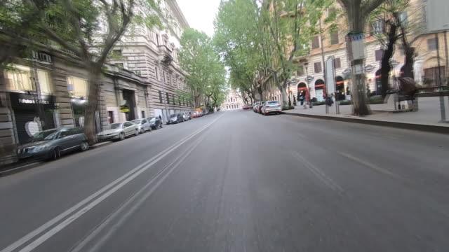 vídeos de stock e filmes b-roll de exterior driving shots through deserted rome city streets passing santa maria maggiore basilica on 11 march 2020 in rome, italy - ponto de vista de carro