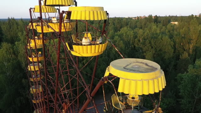 exterior drone aerial shots of a derelict fairground with ferris wheel in the abandoned city of pripyat on 12 june 2019 in pripyat ukraine - radiation stock videos & royalty-free footage