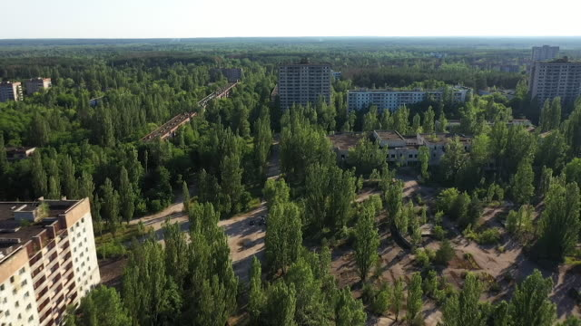 exterior drone aerial shots of the abandoned city of pripyat, with tower blocks and encroaching woodland on 11 june 2019 in pripyat, ukraine - zurückgelassen stock-videos und b-roll-filmmaterial