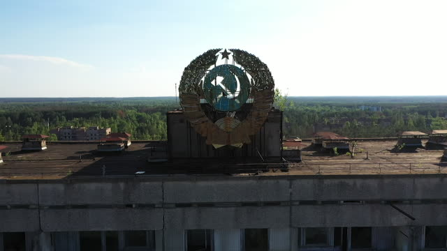 exterior drone aerial shots of the derelict former communist party headquarters on 11 june 2019 in pripyat ukraine - ex unione sovietica video stock e b–roll