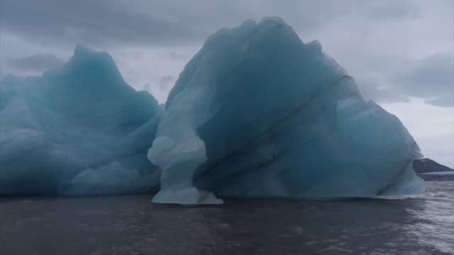 vidéos et rushes de exterior drone shots of melting glaciers on 24th september 2019 in svalbard, norway - fondre