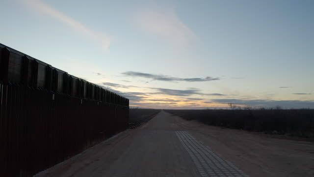 exterior drone shots of the mexico–united states barrier, border wall on 4th february 2019 in el paso, untied states. - 国境の壁点の映像素材/bロール