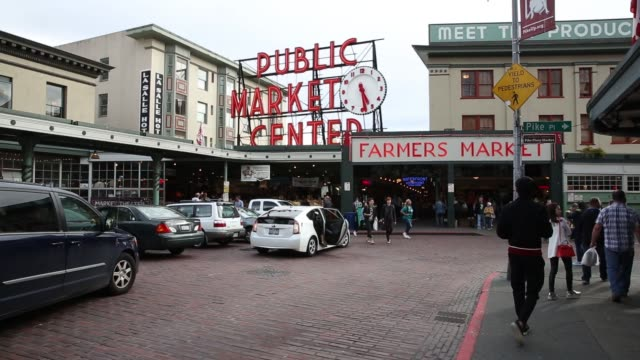 vídeos de stock, filmes e b-roll de exterior footage of pike place market in seattle wa on may 18 2017 shots view of farmers market signage and wide exterior as people walk by wide shot... - pike place market