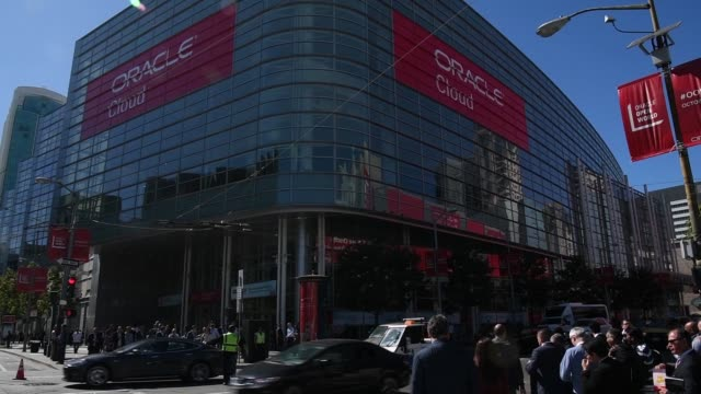 exterior footage of the oracle openworld 2017 conference in san francisco california us on monday oct 2 2017 photographer david paul morris shots the... - oracle corporation stock-videos und b-roll-filmmaterial