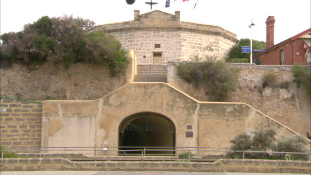 exterior fremantle round house building - oldest public building in western australia - few scattered visitors / close up round hose as anonymous man... - フリーマントル点の映像素材/bロール