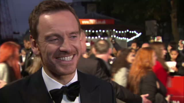 stockvideo's en b-roll-footage met exterior grab michael fassbender, actor talks at steve jobs london premiere talks about not knowing much about steve jobs before making the film, the... - mp3 speler
