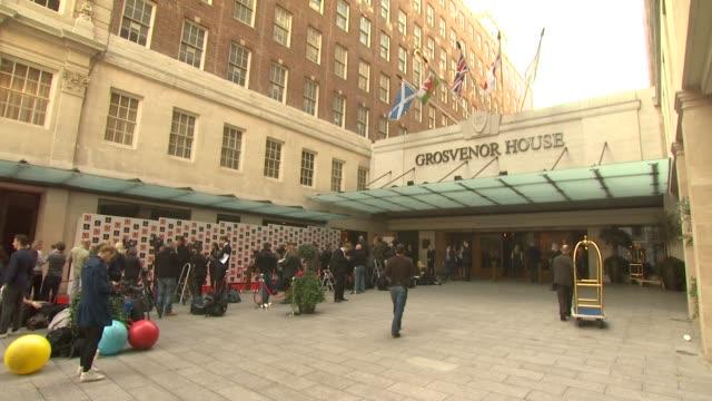 vídeos y material grabado en eventos de stock de exterior grosvenor house hotel at the q awards arrivals at london england. - hotel grosvenor house londres