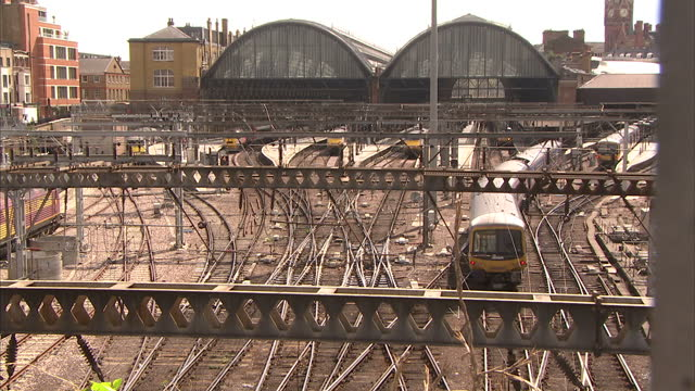 exterior high shots trains arriving at king's cross station on august 28 2015 in london england - キングスクロス駅点の映像素材/bロール