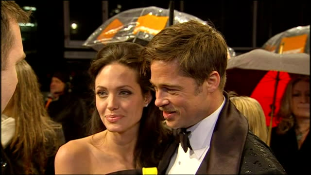 vídeos de stock, filmes e b-roll de exterior interview brad pitt angelina jolie on each others bafta nominations - brangelina casal