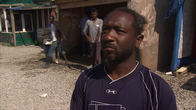 vidéos et rushes de exterior interview with a sudanese migrant in the calais jungle camp on his views on a possible solution by moving the camp to the uk on august 30... - guerre civile