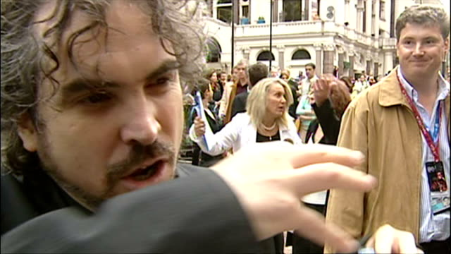 exterior interview with alfonso cuaron at the premiere of harry potter and the prisoner of azkaban on may 30 2004 in london england - alfonso cuaron stock videos & royalty-free footage