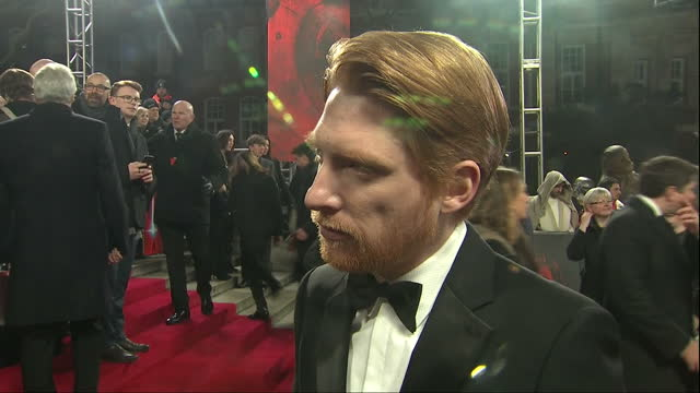 vídeos de stock, filmes e b-roll de exterior interview with domhnall gleeson at the european premiere of star wars the last jedi outside the royal albert hall on 12th december 2017... - série de filmes star wars