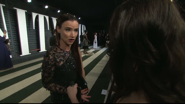 vídeos de stock e filmes b-roll de exterior interview with juliette lewis speaking about her reaction to the mix up of awards envelopes during the academy awards ceremony on february... - festa do óscar
