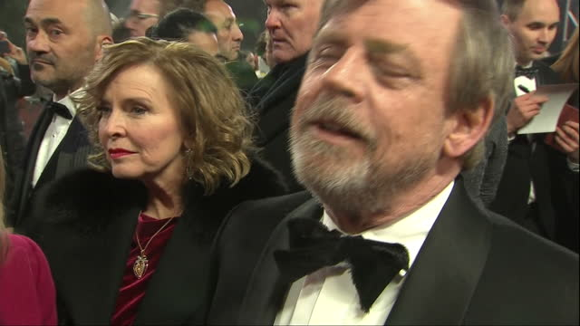 vídeos de stock, filmes e b-roll de exterior interview with mark hamill at the european premiere of star wars the last jedi outside the royal albert hall on 12th december 2017 london,... - série de filmes star wars