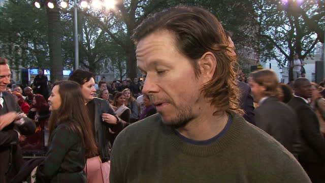 vidéos et rushes de exterior interview with mark wahlberg about his work on the deepwater horizon at the film's london premiere at leicester square on september 26 2016... - marée noire