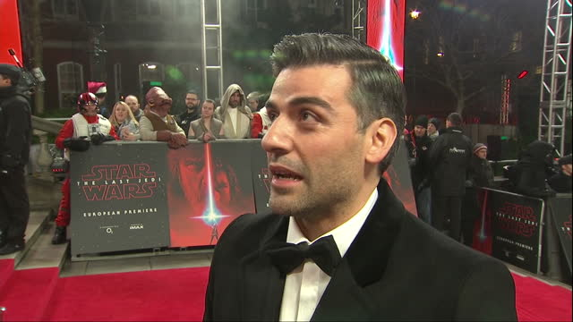 vídeos de stock, filmes e b-roll de exterior interview with oscar isaac at the european premiere of star wars the last jedi outside the royal albert hall on 12th december 2017 london... - série de filmes star wars