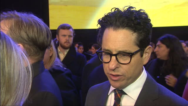 vídeos de stock, filmes e b-roll de exterior interview with producer j.j.abrams at the premiere of star wars: the force awakens about the new cast members and how they interact with the... - série de filmes star wars