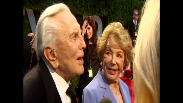 vídeos de stock e filmes b-roll de exterior interview with the actor kirk douglas and his wife anne buydens on the red carpet at the 2009 vanity fair party on march 05 2009 in los... - kirk douglas actor