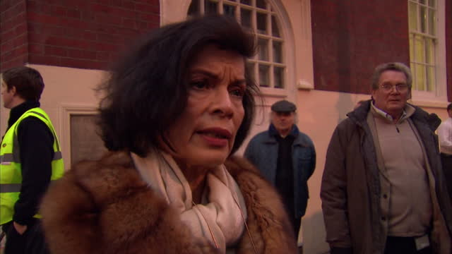 exterior interviews with julian assange supporters bianca jagger & john pilger celebrity supporters of julian assange speak out on december 14, 2010... - john pilger stock videos & royalty-free footage