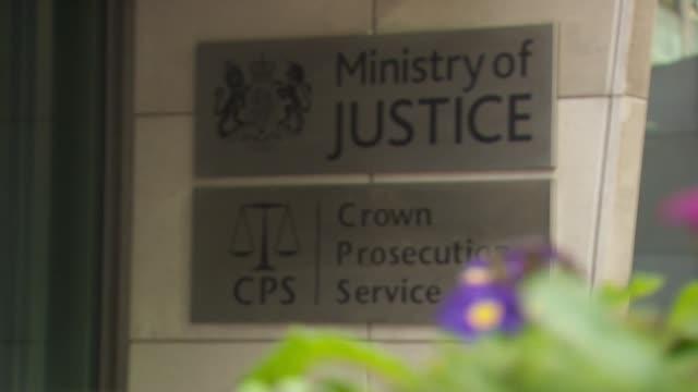 vídeos y material grabado en eventos de stock de exterior ministry of justice and crown prosecution services building london - procesamiento
