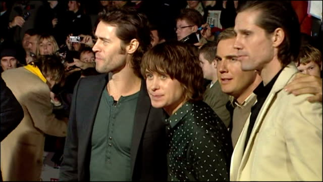 vidéos et rushes de exterior night shots boy band take that arrive at the pride of britain awards and pose for press on the red carpet howard donald mark owen gary... - take that
