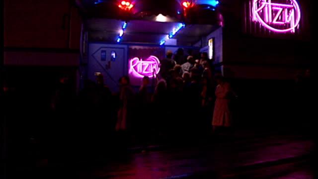 vidéos et rushes de exterior night shots clubbers queueing up to enter ritzy nightclub. on february 09, 1990 in newport, wales. - sortir en boîte de nuit
