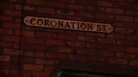 vídeos y material grabado en eventos de stock de exterior night shots coronation street set showing the rovers return pub, semi-detached houses & coronation street sign coronation street set... - telenovela