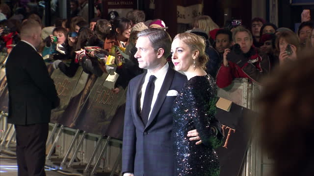 vídeos y material grabado en eventos de stock de exterior night shots martin freeman amanda abbington poses on the red carpet at the hobbit an unexpected journey premiere martin freeman amanda... - martin freeman