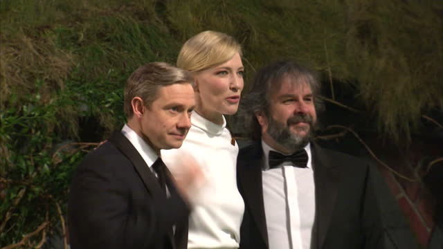 vídeos y material grabado en eventos de stock de exterior night shots martin freeman cate blanchett peter jackson poses for the press at the premiere of the hobbit an unexpected journey martin... - martin freeman