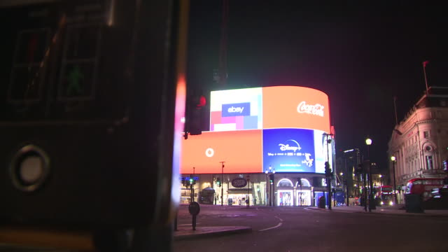 exterior night shots of a deserted piccadilly circus with closed theatres, restaurants and other businesses including pizza hut and the hard rock... - ハードロックカフェ点の映像素材/bロール
