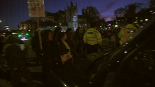 vídeos de stock e filmes b-roll de exterior night shots of african lives matter campaigners gathered in westminster blocking traffic at the intersection next to westminster bridge... - the machine: master or slave
