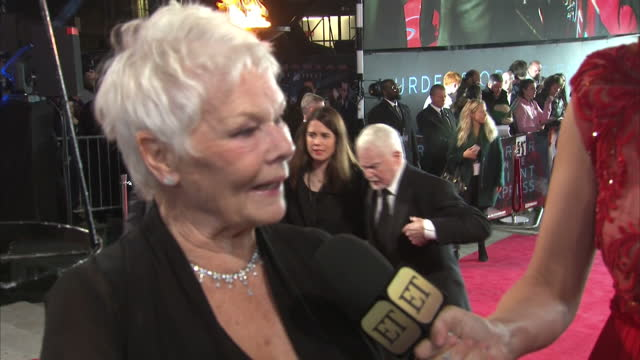 vidéos et rushes de exterior night shots of dame judi dench speaking to a reporter on the red carpet at the world premiere of murder on the orient express on november 02... - judi dench