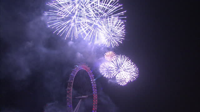 exterior night shots of fireworks being let off over river thames and london eye to celebrate 2015 beginning ** music and audio may require further... - 2015点の映像素材/bロール