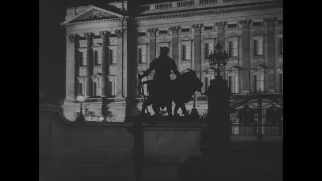 vidéos et rushes de exterior night shots of illuminated buckingham palace front facade, fence, lion statue - facade