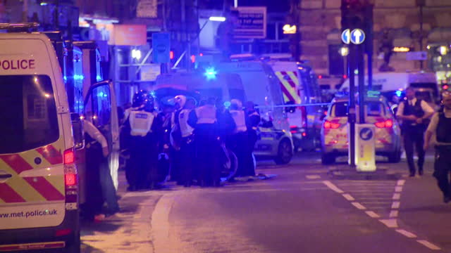 exterior night shots of large numbers of police and police vehicles at the scene of the terror attack near london bridge on june 03 2017 in london... - 2017 bildbanksvideor och videomaterial från bakom kulisserna