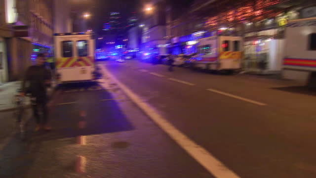 vidéos et rushes de exterior night shots of police shouting at members of the media and bystanders to get back and clear the area near the scene of the terror attack at... - london bridge angleterre