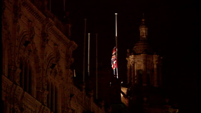 stockvideo's en b-roll-footage met exterior night shots people outside harrods - union flag at half mast and people looking at framed photographs of diana and dodi on in london,... - alle vlaggen van europa