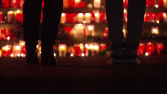 exterior night shots people paying respects at candlelight vigil for victims of germanwings plane crash on march 24 2015 in dusseldorf germany - temporäre gedenkstätte stock-videos und b-roll-filmmaterial