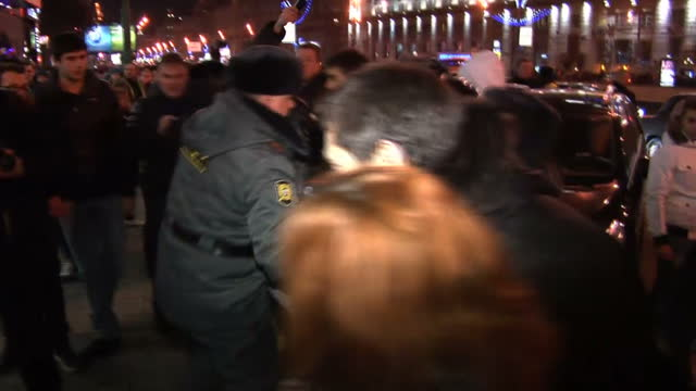 vídeos de stock, filmes e b-roll de exterior night shots police arresting protesting during large anti-putin demonstrations in moscow anti-putin protesters arrested in moscow on... - moscow russia