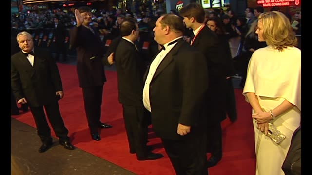 vídeos de stock e filmes b-roll de exterior night shots producer harvey weinstein on red carpet with wife eve chilton weinstein shaking hands with stephen fry on 23 february 2003 in... - stephen fry