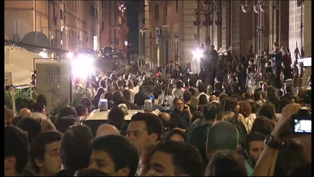 exterior nightshots hundreds of spectators press gathered outside court where the appeal trial of amanda knox raffaele sollecito is about to hear its... - ペルージャ市点の映像素材/bロール