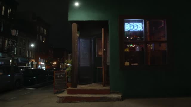 stockvideo's en b-roll-footage met exterior of a bar at night - bar gebouw