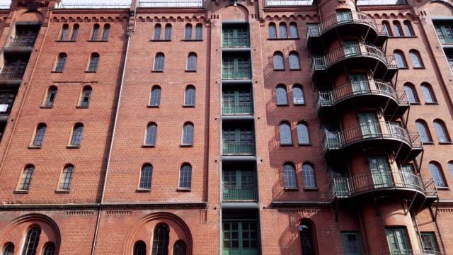 vídeos y material grabado en eventos de stock de exterior de un edificio de apartamentos en europa - sobreático